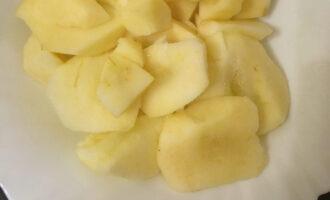 Шаг 3: Очистите яблоки, удалите середину, запеките в духовке или мультиварке до мягкости.