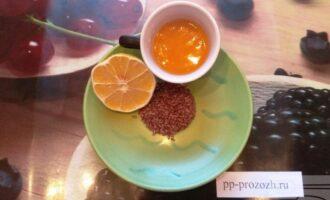Шаг 1: Подготовьте ингредиенты: семена льна и воду.