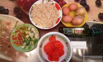 Шаг 1: Подготовьте ингредиенты: заранее сварите булгур, нарежьте лук, помидор, сладкий перец и кабачок.