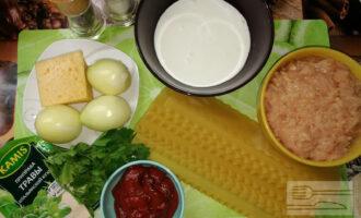 Шаг 1: Подготовьте ингредиенты. Можете взять готовый куриный фарш или сделайте фарш самостоятельно.