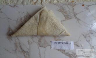 Шаг 6: Заверните все в треугольный конвертик и немного поджарьте с обеих сторон.