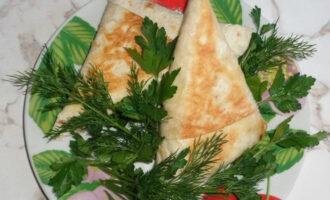 Шаг 7: Готовые мясные конвертики подавайте с зеленью и овощами.