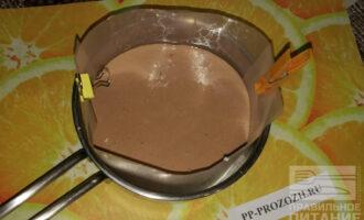 Шаг 9: Достаньте форму из холодильника, вылейте остаток мусса и отправьте будущий торт еще ненадолго в холодильник.