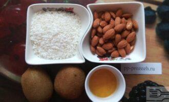 Шаг 1: Подготовьте ингредиенты: киви, миндаль, кокосовую стружку и мед. Веганы могут использовать любой другой подсластитель вместо меда.