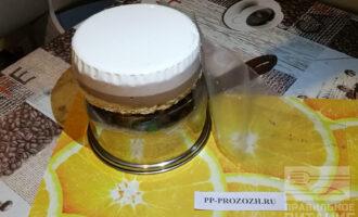 Шаг 11: Готовый торт аккуратно выньте из формы и снимите пленку.