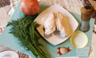 Шаг 1: Подготовьте ингредиенты для салата. Куриную грудку заранее отварите. Если в процессе варки Вы подсаливали бульон, то в салат соль можно не добавлять.
