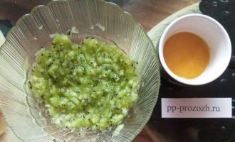 Шаг 2: Порежьте и разомните киви, добавьте мед по вкусу. На 1 спелый плод киви приблизительно 1 чайная ложка меда.