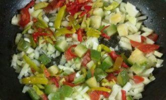 Шаг 2: Спассеруйте овощи в небольшом количестве масла.