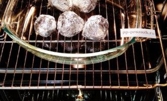 Шаг 5: Форму со свеклой поместите в разогретую до 200 градусов духовку. Запекайте в течение 80 минут.