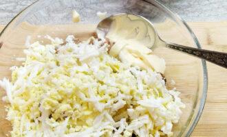 Шаг 7: Добавьте ложку натурального греческого йогурта.