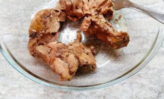 Шаг 4: Достаньте тресковую печень из банки, максимально слив с нее масло.