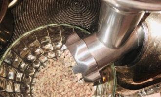 Шаг 3: Измельчите готовую фасоль в пюре, можно пропустить через мясорубку или измельчить в блендере.