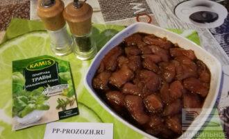 Шаг 3: Залейте индейку с чесноком соевым соусом и добавьте мед. Очень тщательно перемешайте. Оставьте мясо в маринаде на 1 час.