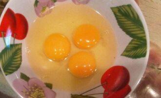 Шаг 3: Разбейте яйца и размешайте, можно немного посолить.