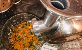 Шаг 4: Если измельчаете фасоль в мясорубке, то добавьте сырую морковь и зелень туда же.