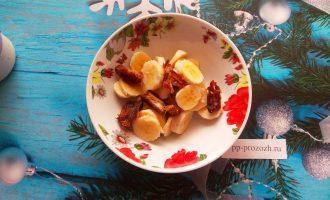 Шаг 4: Нарежьте банан, удалите косточку из финика. Измельчите массу в пюре.