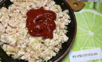 Шаг 3: К фаршу добавьте томатную пасту и протушите в течение 3-х минут.