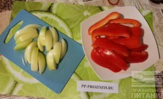 Шаг 4: Нарежьте крупными кусочками перец и лук. Дождитесь окончания времени маринования индейки.