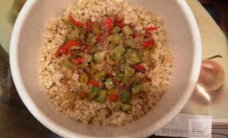 Шаг 4: Смешайте булгур, овощи и взбитые яйца.