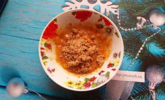 Шаг 5: К бананово-финиковой смеси добавьте измельченный орех и ложку какао.