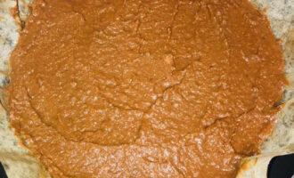 Шаг 5: Выложите тесто в форму, застеленную пекарской бумагой. Выпекайте при температуре 200 градусов 20-25 минут.
