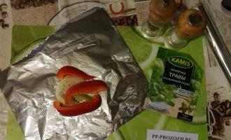 Шаг 5: На фольгу уложите овощи, можете присолить и поперчить.