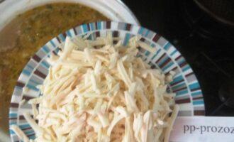 Шаг 6: В кипящую воду добавьте лук и морковь. Затем всыпьте плавленный сыр.