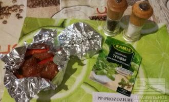 Шаг 6: Выложите на овощи маринованное филе индейки и заверните фольгу.