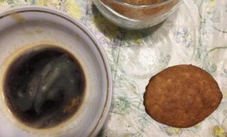 Шаг 8: Сварите кофе. В форму для десерта слоем выложите творожную массу. Обмакните печенье в кофе и выложите поверх творожной массы.