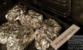 Шаг 7: Отправьте блюдо в разогретую до 190 градусов  духовку на 40 минут. По истечении времени немного раскройте фольгу и оставьте в духовке еще минут на 10.