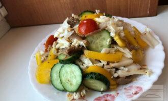 Шаг 7: Добавьте к овощам мясо индейки, заправку и тщательно перемешайте.