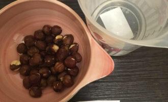Шаг 1: Подготовьте продукты: фундук и воду.