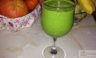 Зеленый смузи с бананом и апельсиновым соком