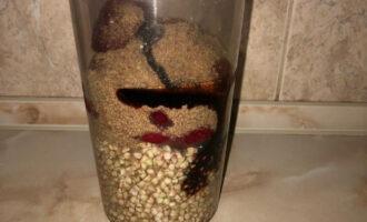 Шаг 4: Поместите в емкость от блендера гречку, размороженную клубнику, размолотые семена льна и столовую ложку сиропа.
