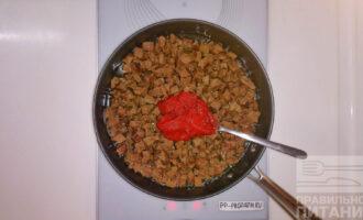 Шаг 5: Отваренное кусочками сердце переложите на сковороду желательно с тефлоновым покрытием. Добавьте воды, чтобы она не полностью покрывала кусочки мяса и 4 столовые ложки томатной пасты.