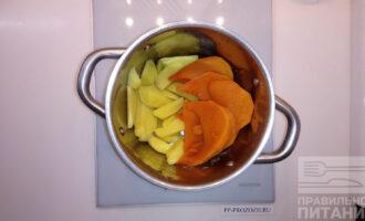 Шаг 5: Поместите тыкву и картофель в одну емкость.