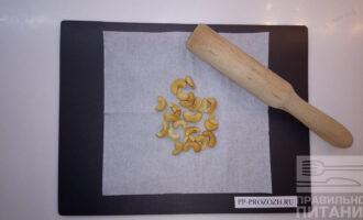 Шаг 7: Кешью разомните в ступе или на разделочной доске в салфетке.
