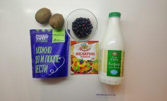 Шаг 1: Подготовьте ингредиенты: кефир, желатин, смородину, киви, сахарозаменитель.