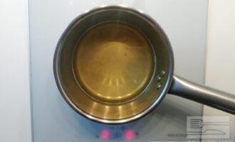 Шаг 3: Помешивайте до полного растворения желатина в воде. Отключите конфорку.