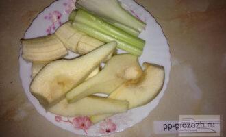 Шаг 2: Нарежьте грушу, банан и стебель сельдерея.