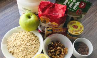 Шаг 1: Подготовьте продукты, которые понадобятся для приготовления печенья.  Заранее замочите изюм.