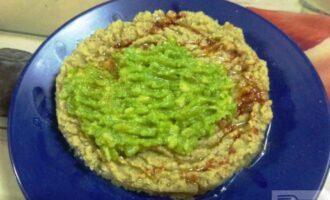Шаг 8: Подавайте хумус  поливая оливковым маслом и посыпая паприкой. Можете добавить зелень.