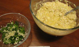 Шаг 5: Зелень петрушки мелко порежьте, чеснок натрите на мелкой терке и добавьте к получившемуся тесту.
