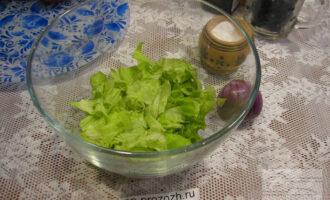 Шаг 2: В миску порвите руками листья салата.