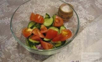 Шаг 4: Теперь нарежьте огурцы и помидоры и добавьте к остальным ингредиентам.