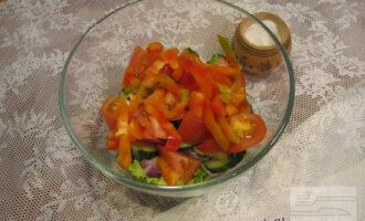 Шаг 5: Далее добавьте в салат сладкий перец, порезанный соломкой.