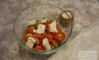 Шаг 6: Добавьте в салат сыр тофу. Можно порезать его небольшими кубиками, можно кусочками побольше. При перемешивании он все равно распределится по всему объему салата.