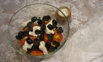 Шаг 7: Добавьте к салату маслины без косточек. Можно положить их целиком или же разрезать пополам.