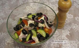 Шаг 8: Посолите, добавьте лимонный сок, растительное масло (у меня льняное), сушеный орегано (или другие травы). Перемешайте, салат готов!