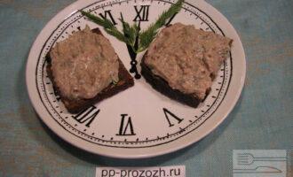 Шаг 7: Очень вкусно подавать паштет с кусочком цельнозернового хлеба.